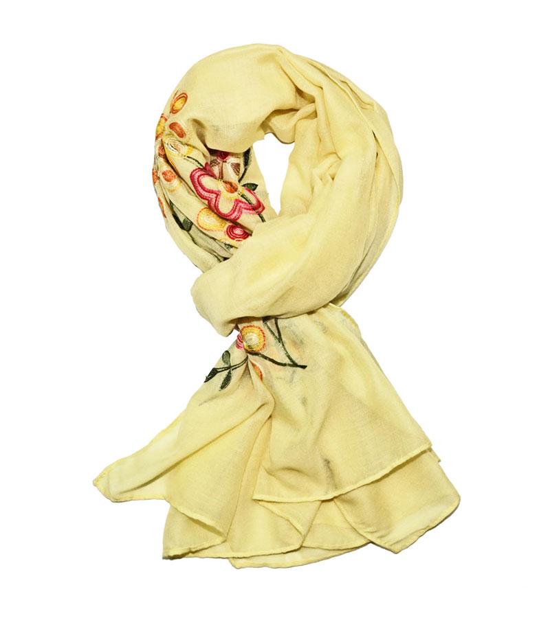 gelber Schal mit Blumenmuster