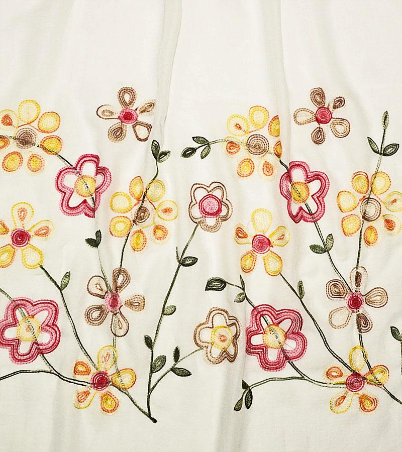 weißer Schal mit Blumenmuster